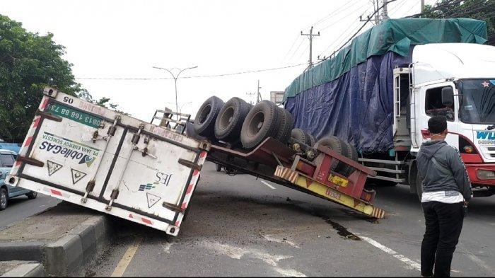 Truk Gas Alam Kecelakaan Rem Blong di KIT Semarang, Orang-orang Refleks Lompat Pagar