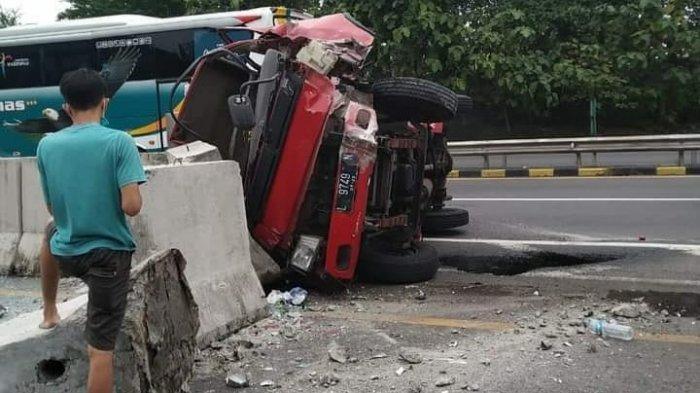 Kecelakaan Truk di Jalan Tol Semarang Disebabkan Ban Pecah, Sopir Asal Surabaya Terluka