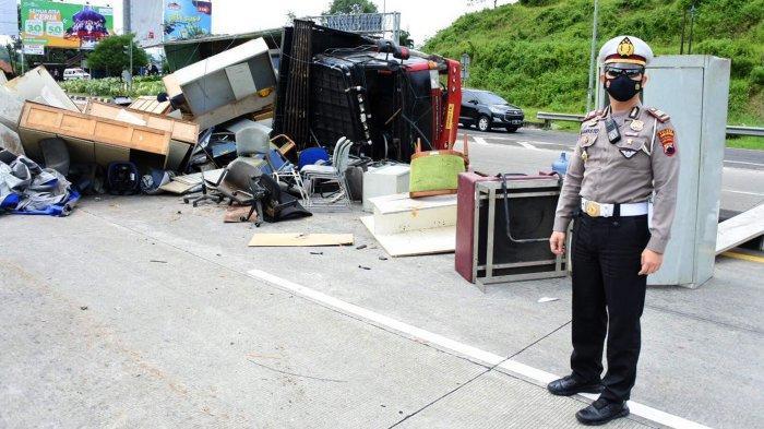 Kronologi Kecelakaan Tunggal Truk Terguling di Pintu Tol Bawen Semarang