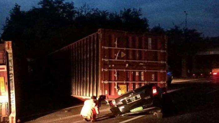 Kecelakaan yang mengakibatkan mobil Daihatsu Sigra tertimpa kontainer bermuatan kertas 24 ton di ruas Tol Surabaya - Gempol KM 5.500 arah Dupak, Rabu (14/7/2021) sore.