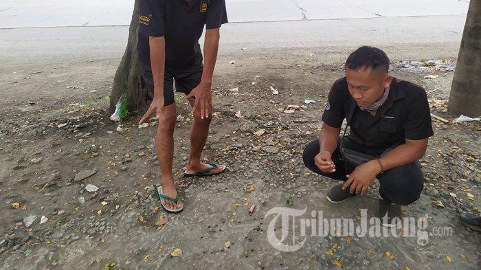 Bukhori menunjukan tabsih milik Ojol yang menjadi korban kecelakaan lalu lintas di Jalan Arteri Yos Sudarso. Korban meninggal dunia di RSUP Kariadi Kota Semarang, Selasa (23/3/2021).