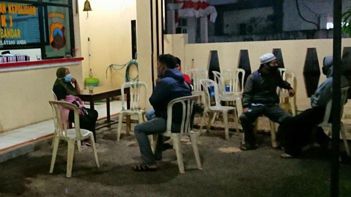 Sejumlah orang yang merupakan meluarga Tohari pengemudi odong-odong pembawa rombongan pengantin yang terperosok di jurang Dukuh Sipule, Desa Kluwih Kecamatan Bandar menunggu di depan Polsek Bandar, Jumat (18/12/2020) malam.