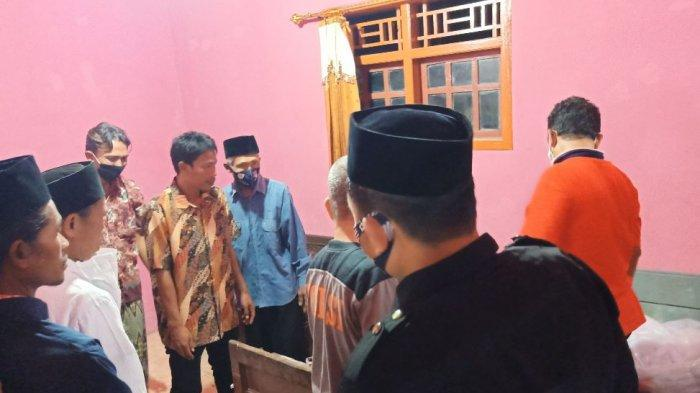 Satu keluarga korban kecelakaan di Tol Cipali tiba di rumah duka yang berada di Desa Kalimade, Kecamatan Kesesi, Kabupaten Pekalongan, Jawa Tengah