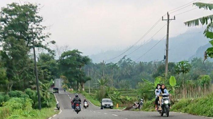 Sejumlah kendaraan melintas di Jalan Pemalang - Purbalinga yang sering disebut warga sebagai jalan Cilukba karena kontur jalan lurus namun berbukit dan naik turun, Sabtu (20/3/2021).