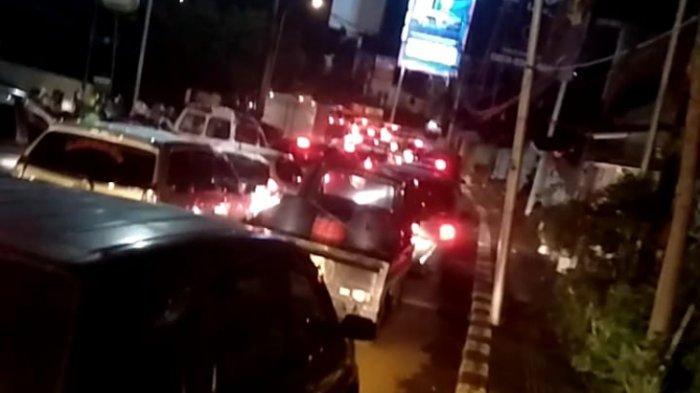 Kepadatan lalu lintas di turunan Gombel, Kota Semarang, akibat tanah longsor, Senin (22/2/2021) malam.
