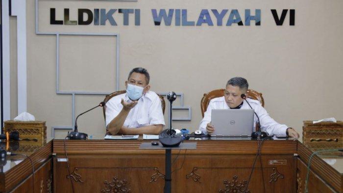 Kepala LLDIKTI Wilayah VI Jawa Tengah, Prof Zainuri (kiri), didampingi Sekretaris LLDikti Wilayah VI, Dr Lukman (kanan), memberikan keterangan kepada wartawan di kantor LLDikti Wilayah VI Jawa Tengah, Senin (17/5/2021).