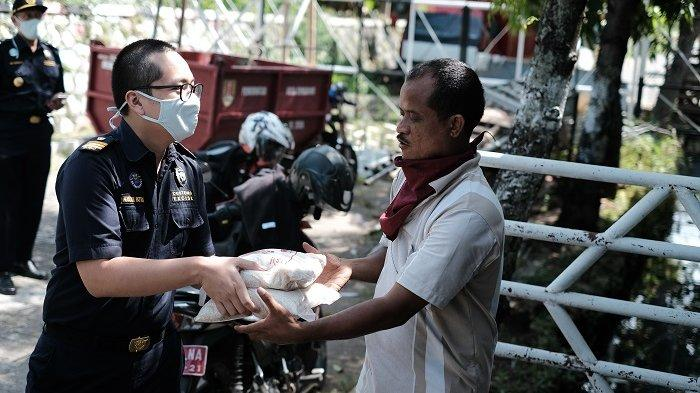 Peduli Warga Terdampak Corona, Bea Cukai Tanjung Emas Bagikan Sembako ke Masyarakat