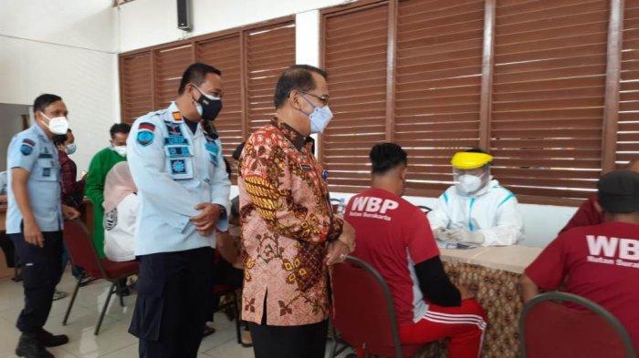 Kepala Kanwil Kemenkumham Jateng Yuspahruddin didampingi Kepala Rutan Klas I Solo Urip Dharma Yoga ketika melakukan peninjauan vaksinasi di Rutan Klas I Solo, Sabtu (17/7/2021).
