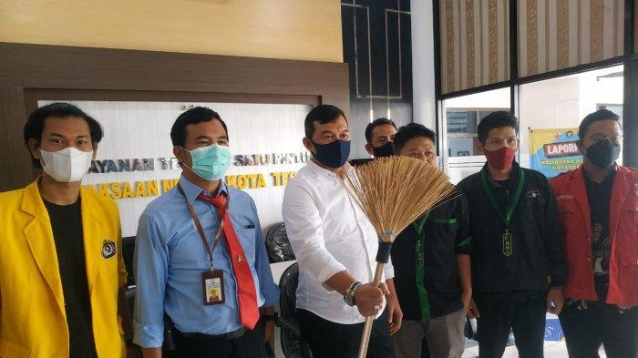 Mahasiswa di Tegal Beri Sapu Ijuk ke Kejaksaan, Mereka Minta Pejabat 'Bersih-bersih'