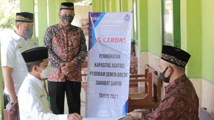 Kepala Kementrian Agama Kabupaten Rembang M. Fatah bersama dengan perwakilan Semen Gresik melakukan supervisi kegiatan Bimbingan Teknis Penguatan Kapasitas Asatidz dalam Program SG Cerdas