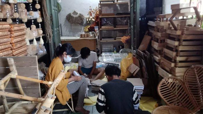 Melihat Kerajinan Keranjang Seserahan dan Perabot Berbahan Eceng Gondok