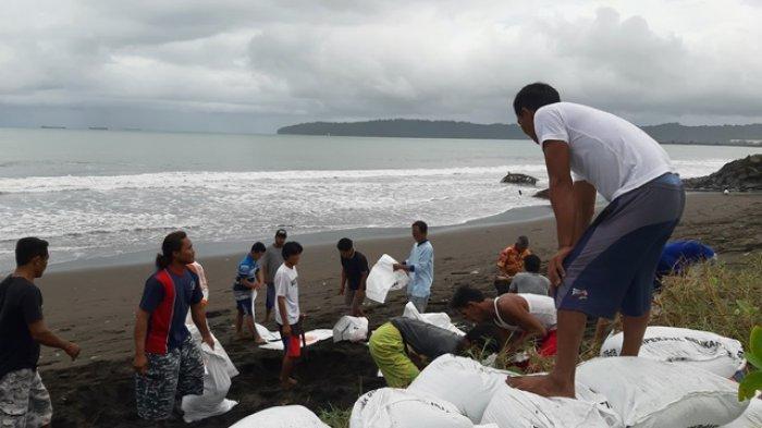 Tanggul Penahan Rob Pantai Kamulyan Cilacap Jebol, Warga Kerja Bakti Bangun Tanggul Darurat