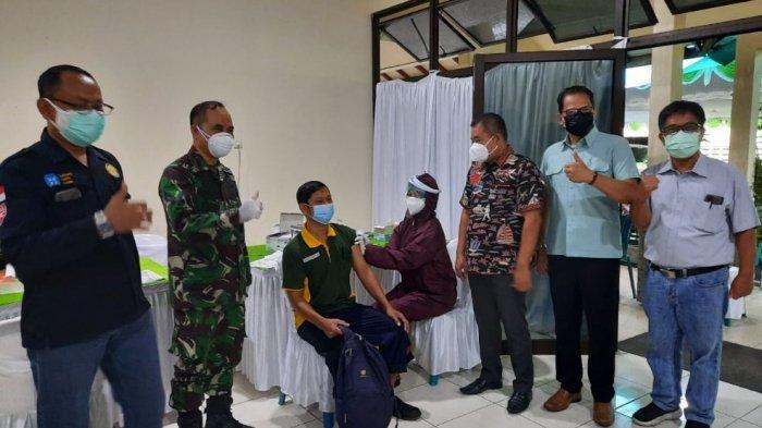 Ketua DPRD Kudus, Masan meninjau pelaksanaan vaksinasi di lokasi vaksin Pura Group Kawasan V Terban, Kamis (24/6/2021).
