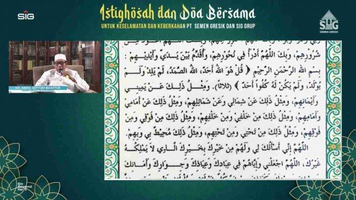 KH. Abdul Qoyyum Mansyur memimpin istighofah dan doa bersama secara virtual kepada seluruh karyawan dan keluarga karyawan, anak usaha, serta afiliasi SG Pabrik Rembang. (Jumat, 25 Juli 2021)