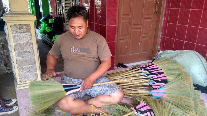Sapu Rayung Buatan Khamim Mungkid Tembus Pasar Ekspor - khamim-sedang-membuat-sapu-rayung-di-mungkid.jpg