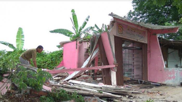 BREAKING NEWS, Eni Gemetar Lihat Backhoe Hancurkan Kiosnya di Sawah Besar (Video)