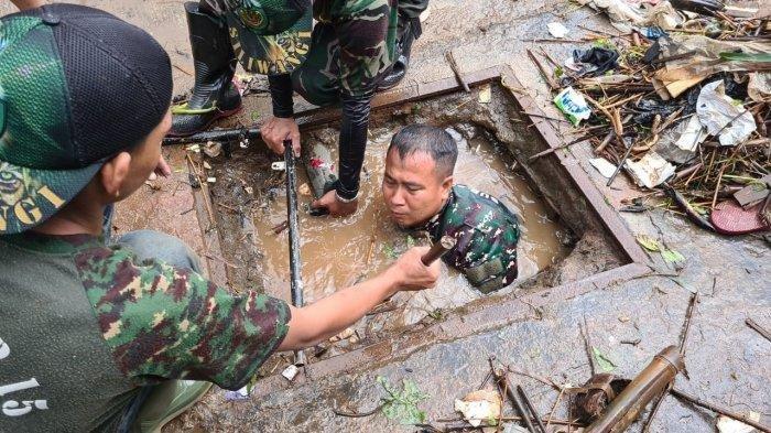CeritaSerka Eri,Anggota TNI Masuk Got Menyelam Ambili Sampah hingga Temukan Bangkai Tikus