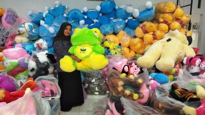 Kisah Suratinah : Buruh Pabrik Boneka yang Kena PHK, Kini Sukses Jadi Pengusaha Boneka di Magelang