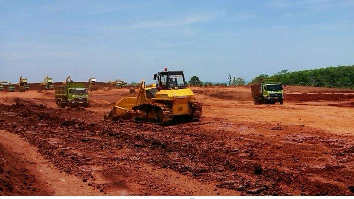 Sejumlah kendaraan berat tengah mengangkut material dalam pengerjaan KIT Batang zona pertama, yang terletak di Desa Ketanggan, Kecamatan Gringsing, Kabupaten Batang, beberapa waktu lalu.