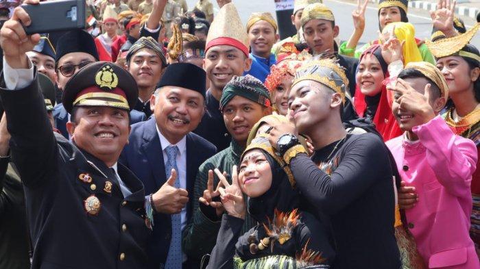 AKBP Indra Kurniawan Mangunsung Ikut Menari Bersama Ratusan Bocah SD di Pawai Kebangsaan