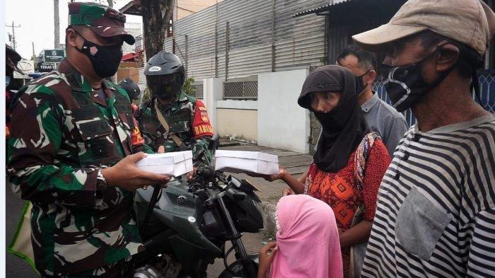 Komandan Kodim Pekalongan Letkol Czi Hamonangan Lumban Toruan saat membagikan nasi kotak dan masker untuk masyarakat yang kurang mampu.