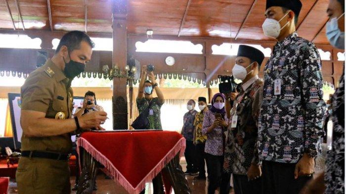 Bupati Kudus HM Hartopo menandatangani komitmen bersama untuk mengentaskan kasus stunting, di Pendopo Bupati Kudus, Rabu (28/4/2021).