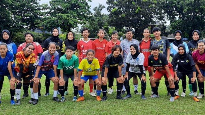 KKS Girl berfoto bersama dalam latihan perdana di Lapangan Sentyaki, Semarang Utara, Kamis (7/1/2021).