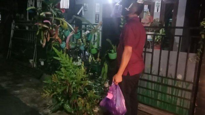Anggota Omah Tani Batang dan Kampung Hijrah saat mengantar makanan ke rumah salah satu masyarakat yang melakukan isoman.