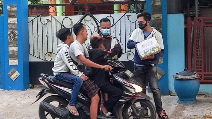 Saat anggota Komunitas Yuk Sedekah Tegal (YST) sedang membagikan takjil yang berisi bubur cadil secara gratis pada warga di daerah Slawi, Senin (10/5/2021) sore.
