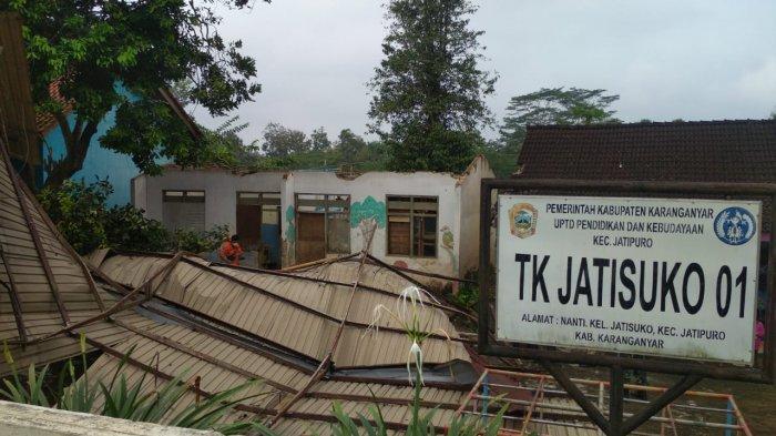 Hujan Disertai Angin di Jatipuro Karanganyar, Atap Bangunan Sekolahan dan Rumah Warga Rusak