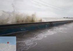 Gelombang Tinggi di Pekalongan, Air Laut Limpas ke Jalan