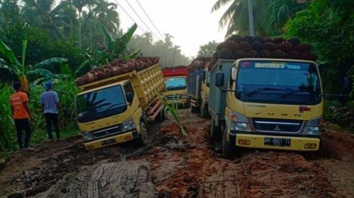 Kondisi jalan di Kecamatan Sabak Timur, Kabupaten Tanjab Timur rusak berat, mobil angkutan sawit harus terbenam sehingga menyebabkan kemacetan parah. (ISTIMEWA)