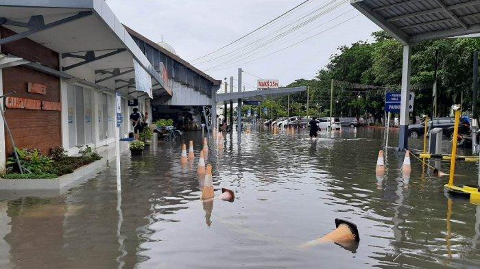 Kondisi kompleks Stasiun Tawang Semarang yang terendam banjir Semarang pada Sabtu (6/2/2021) pagi. Jadwal perjalanan kereta api terganggu. (1)