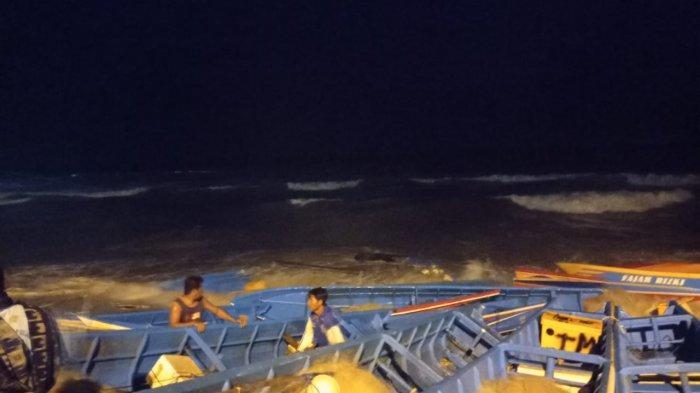 Perahu Rusak Tersapu Gelombang, Nelayan di Karangduwur Kebumen Berharap Uluran Tangan Pemerintah