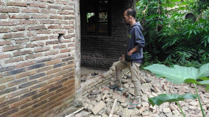 Robohnya Tembok Rumah 2 Nenek Tuna Netra di Banjarnegara, Mereka Hidup dari Belas Kasih Orang