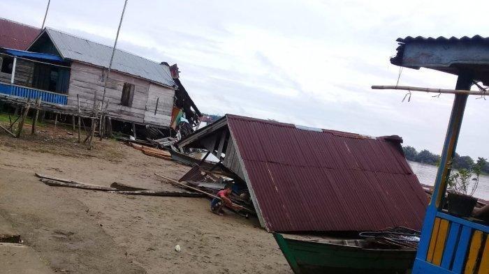 Diduga Nahkoda Ngantuk Kapal Tongkang Tabrak Permukiman, 5 Rumah Warga Hancur