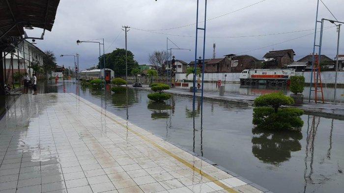 Kondisi Stasiun Tawang Semarang yang terendam banjir Semarang pada Sabtu (6/2/2021) pagi. Jadwal perjalanan kereta api terganggu. (2)