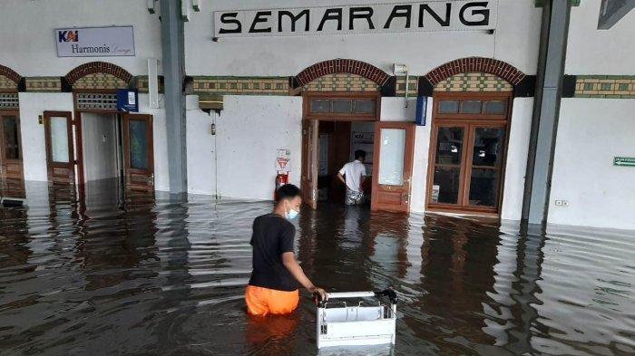 Kondisi Stasiun Tawang Semarang yang terendam banjir Semarang pada Sabtu (6/2/2021) pagi. Jadwal perjalanan kereta api terganggu. (3)