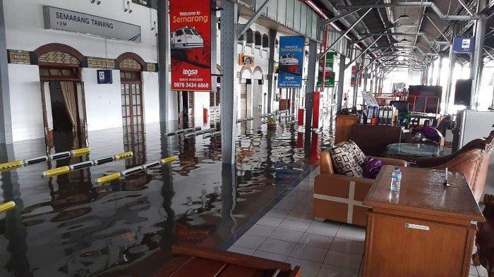 Kondisi Stasiun Tawang Semarang yang terendam banjir Semarang pada Sabtu (6/2/2021) pagi. Jadwal perjalanan kereta api terganggu. (1)