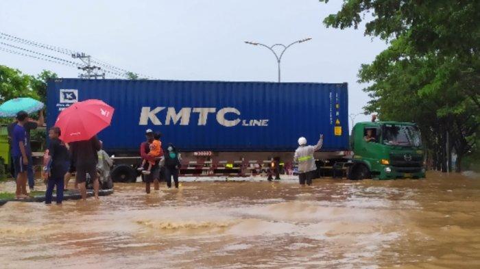 Kondisi terkini banjir Jalan Pantura Mangkang Kota Semarang, Sabtu (6/2/2021). (Tribun Jateng/ Iwan Arifianto)