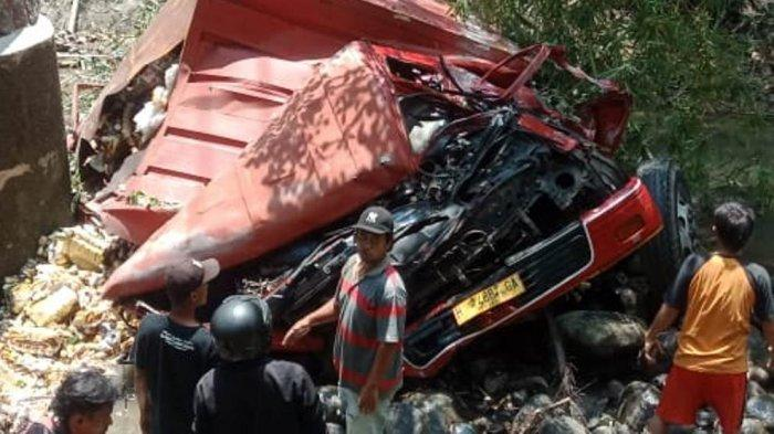 Kondisi truk boks pengangkut minuman ringan mengalami kecelakaan tunggal di Tonjong, Kabupaten Brebes, Sabtu (18/9/2021). Truk mengalami oleng hingga terjun ke dalam Sungai Glagah.