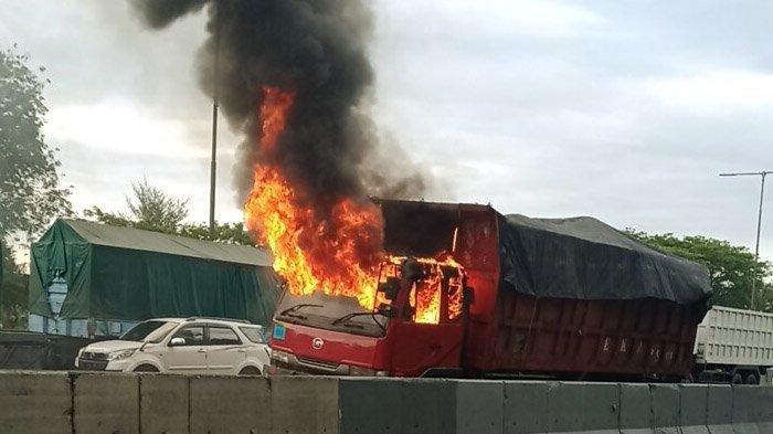Truk Bermuatan Garam Terbakar di Jalan Tol,Sopir Sempat LihatAsap Hitam dari Belakang Kabin
