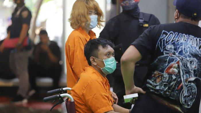 Tersangka berinisial DAF dan LAS diperlihatkan saat konferensi pers pengungkapan mutilasi, di Mapolda Metro Jaya, Kamis (17/9/2020).