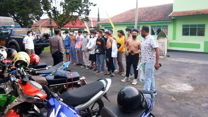 Konvoi Rombongan Siswa Baru Lulus SMK Menyerah Dicegati Polisi di Cemoro Kandang