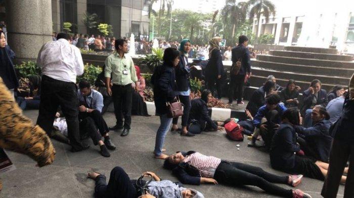 Mencekam, Video Evakuasi Korban Ambrolnya Selasar Gedung BEI, Ini Daftar Korban