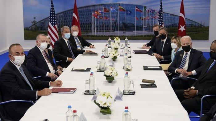 Presiden Amerika Serikat Joe Biden (tengah kanan) dan Presiden Turki Recep Tayyip Erdogan (tengah kiri) terlihat dalam foto menghadiri KTT NATO di Brussels, Belgia, Senin (14/6/2021).(AP PHOTO/PATRICK SEMANSKY)
