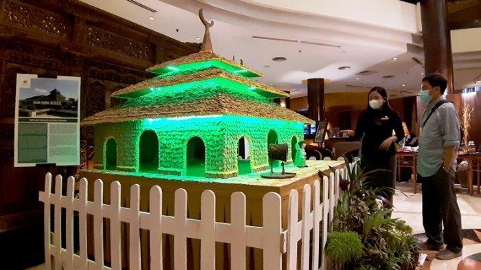 Ribuan Kue Kuping Gajah Tersusun Rapi Jadi Replika Masjid Agung Demak di Hotel Ciputra