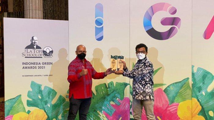 La Tofi menyerahkan salah satu penghargaan Indonesia Green Award kepada Pertamina Regional Jawa Bagian Tengah
