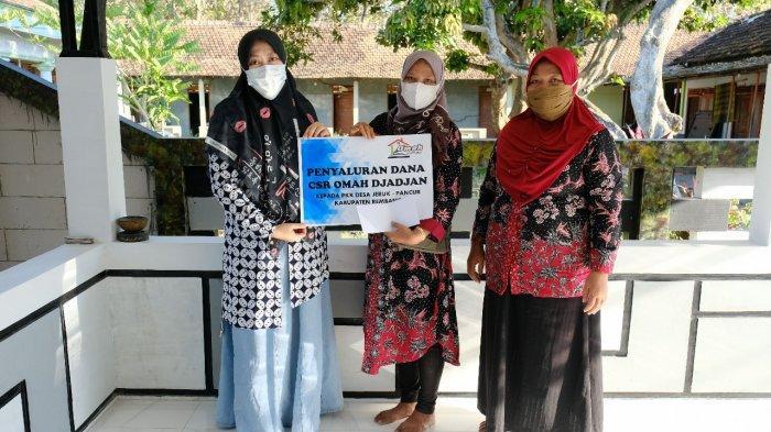 Lathifah saat menyalurkan CSR hasil usaha kepada anggota PKK Desa Jeruk Kecamatan Pancur, Rembang.