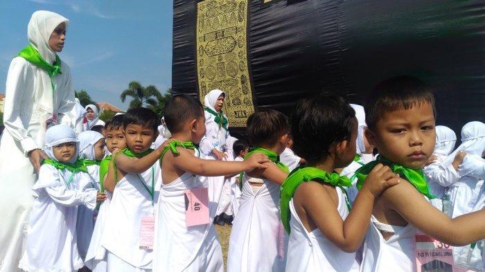 Keceriaan Anak TK saat Latihan Manasik Haji di Alun-alun Simpang Tujuh Kudus